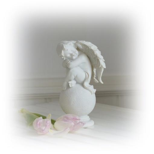 vit ängel på klot