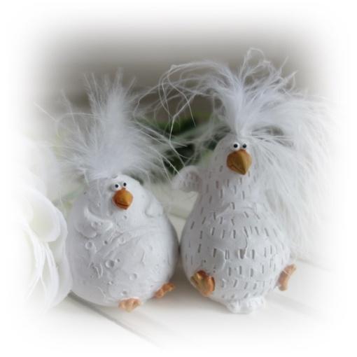 Vita kycklingar med fjädrar på huvudet