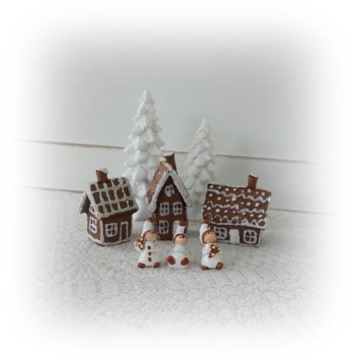 Landskap med figurer, hus och granar