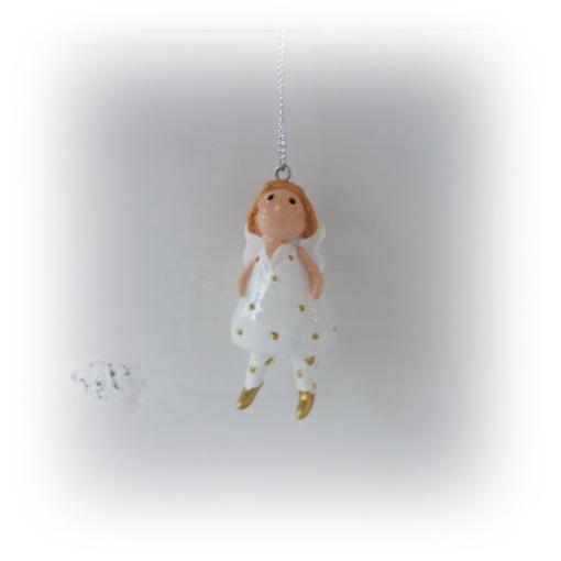 Vit hängande ängel med guldprickar och dinglande ben