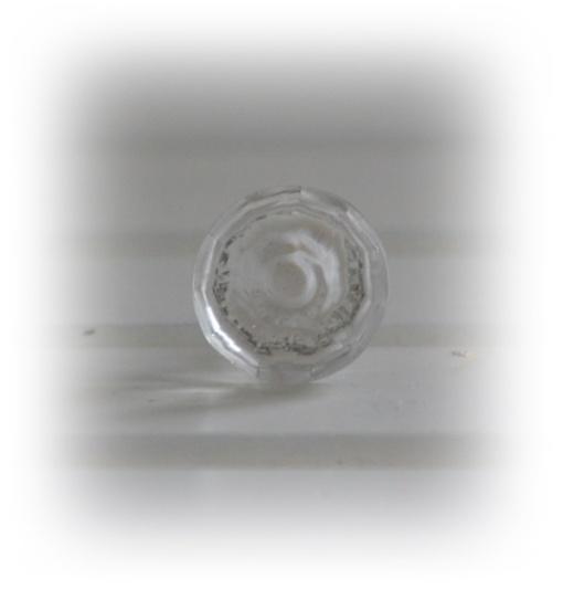 Genomskinlig knopp i glas